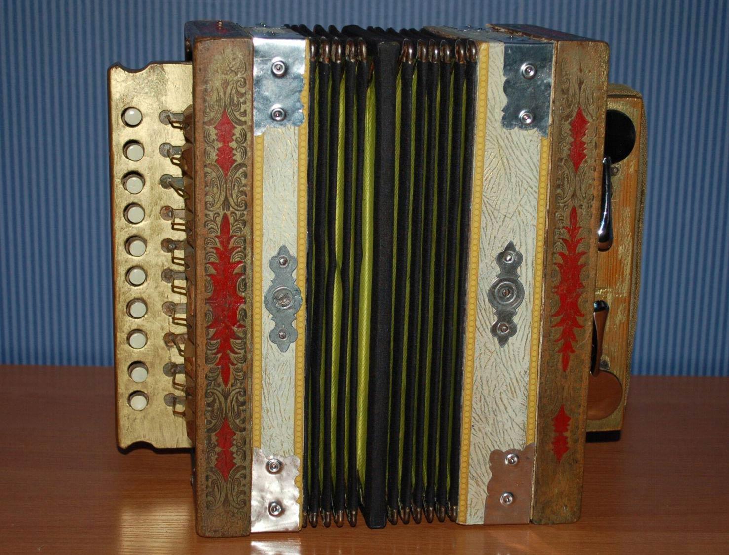W Ultra Kolejne instrumenty muzyczne powróciły do szydłowieckiego muzeum GZ77