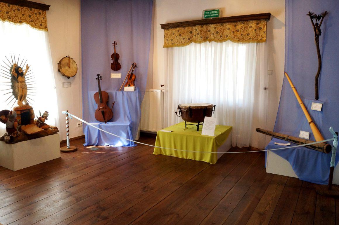 Instrumenty muzyczne i twórczość plastyczna w ludowej zwyczajowości czasu wiosennego.