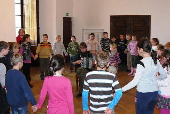 Rytmika na ludowo – zabawy i piosenki dziecięce