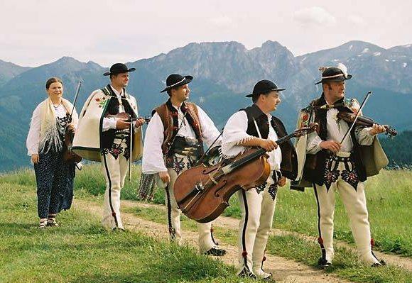 Polskie kapele ludowe. Opowieść o muzykach i zabawie.
