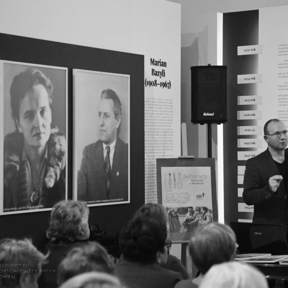 Prelekcja poświęcona bohaterom wystawy czasowej w szydłowieckim Muzeum, czyli o pasji etnomuzykologów, która pozwoliła zachować polską tradycję muzyczną od zapomnienia